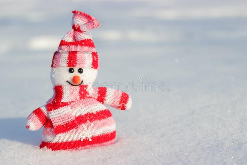 De glimlachende gestreepte sneeuwman royalty-vrije stock afbeeldingen