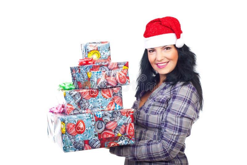 De glimlachende giften van Kerstmis van de vrouwenholding royalty-vrije stock foto's