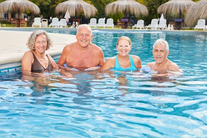 De glimlachende groep oudsten in het kuuroord maakt watergeneeskunde stock afbeeldingen
