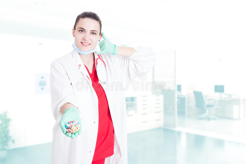 De glimlachende jonge capsules van de artsenholding royalty-vrije stock foto
