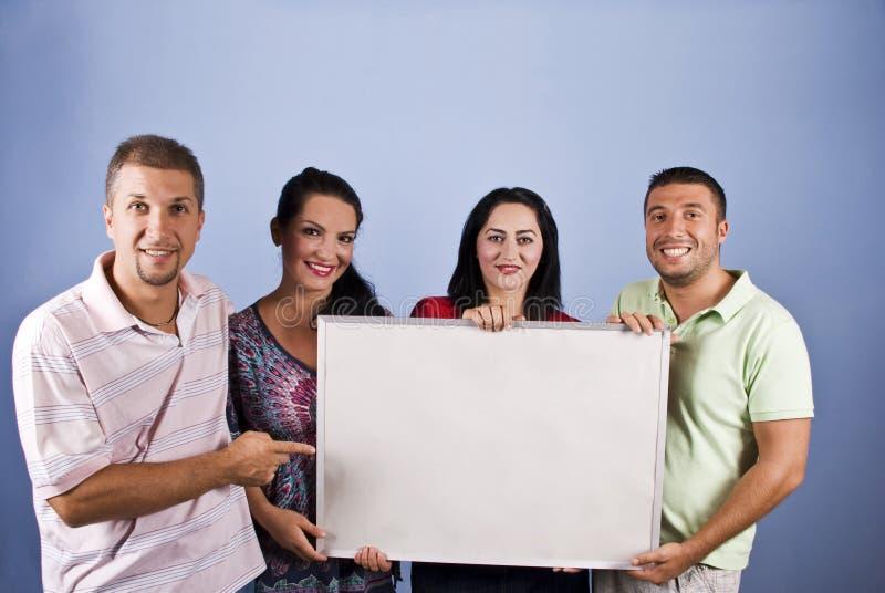 De glimlachende jonge mensen met voegen banner toe royalty-vrije stock foto