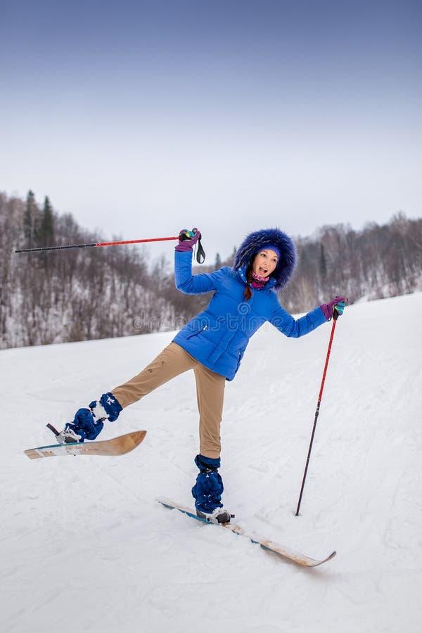 De glimlachende jonge skiër van de vrouwenbeginner in de winter stock afbeelding