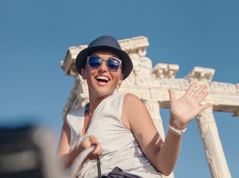 De glimlachende jonge vrouw neemt een selfiefoto op de zomervakantie royalty-vrije stock foto's