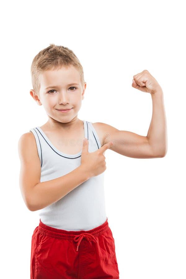 De glimlachende jongen die van het sportkind de spierensterkte tonen van handbicepsen stock afbeeldingen
