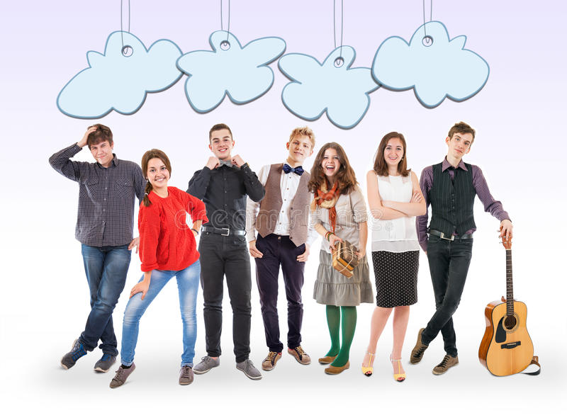De glimlachende jongeren groepeert zich met grappige beeldverhaalwolken stock afbeelding