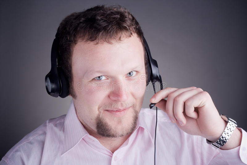 De glimlachende mannelijke exploitant van de klantendienst in hoofdtelefoon stock foto's