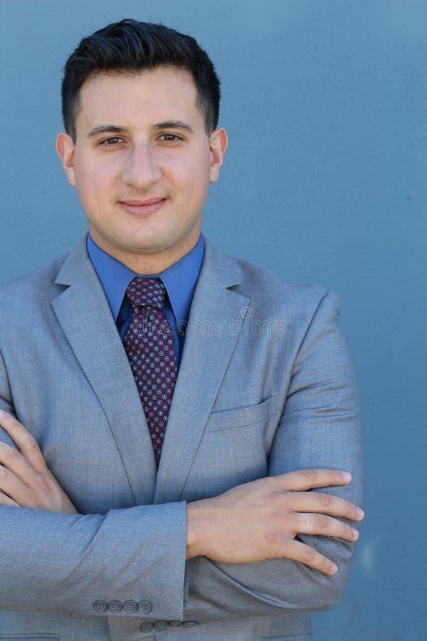 De glimlachende ontspannen zakenman stelt voor een half die lengteportret, op blauw wordt geïsoleerd stock foto's