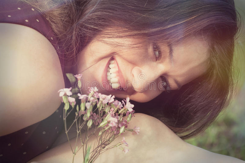 De glimlachende openluchtclose-up van het meisjesportret royalty-vrije stock afbeeldingen