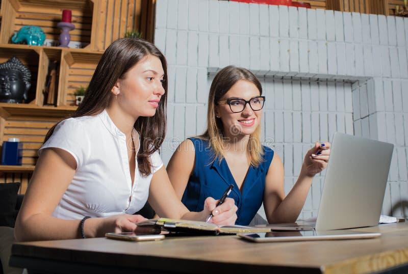 De glimlachende projectleiders van vrouwen zoeken nieuwe arbeiders op internetsites stock fotografie
