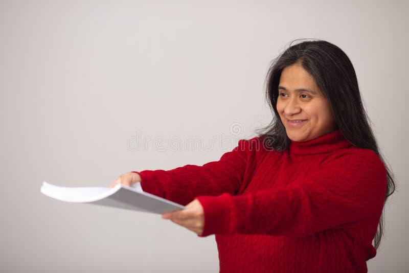 De glimlachende Spaanse Vrouw houdt Notitieboekje stand stock fotografie