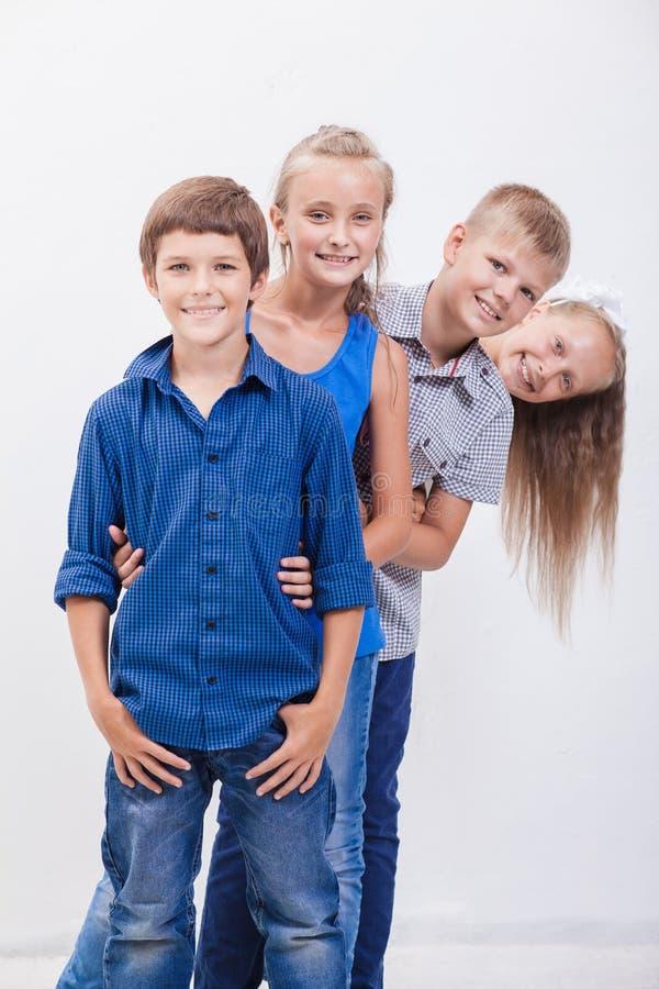 De glimlachende tieners op wit royalty-vrije stock afbeeldingen