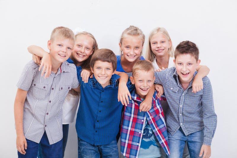 De glimlachende tieners op wit royalty-vrije stock foto's