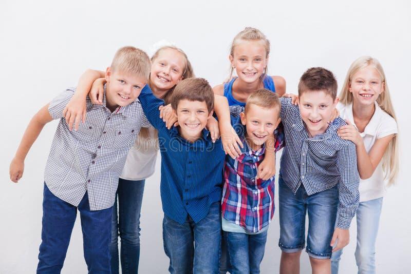 De glimlachende tieners op wit stock foto's