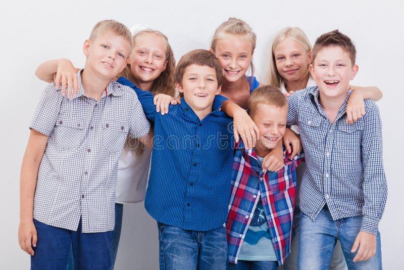 De glimlachende tieners op wit royalty-vrije stock afbeelding