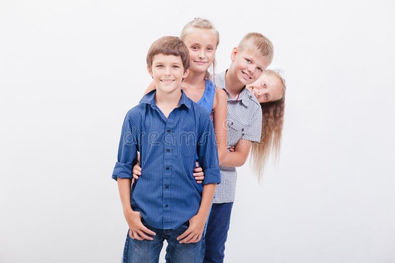 De glimlachende tieners op wit stock afbeelding