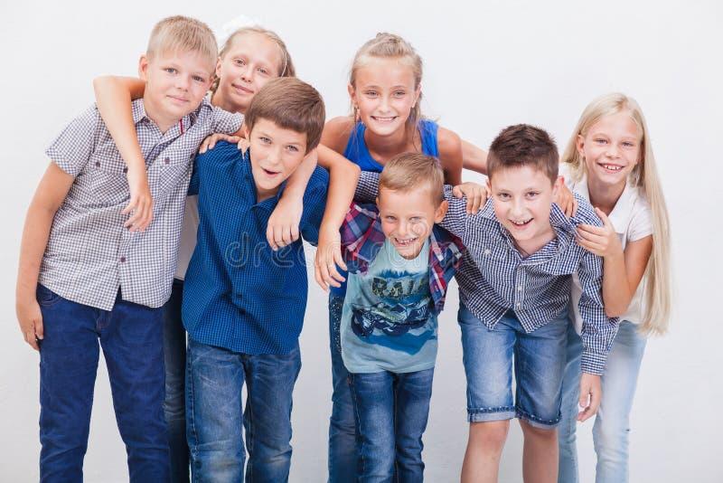 De glimlachende tieners op wit stock fotografie