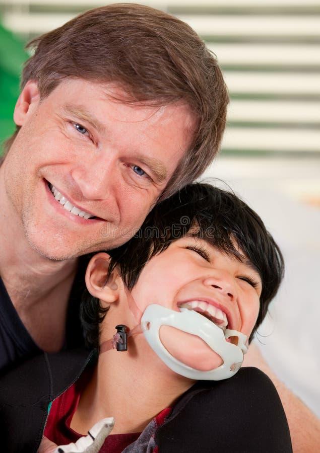 De glimlachende vaderholding maakte zoon onbruikbaar stock afbeeldingen