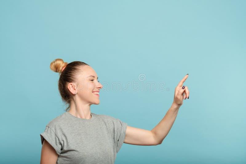De glimlachende virtuele interface van de vrouwendrukknop stock afbeelding