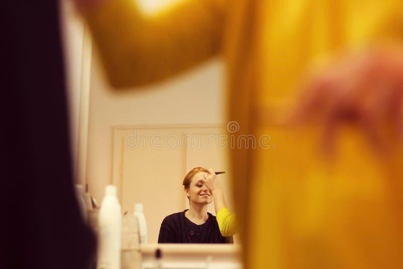 De glimlachende vrouw bij maakt omhoog studio stock fotografie