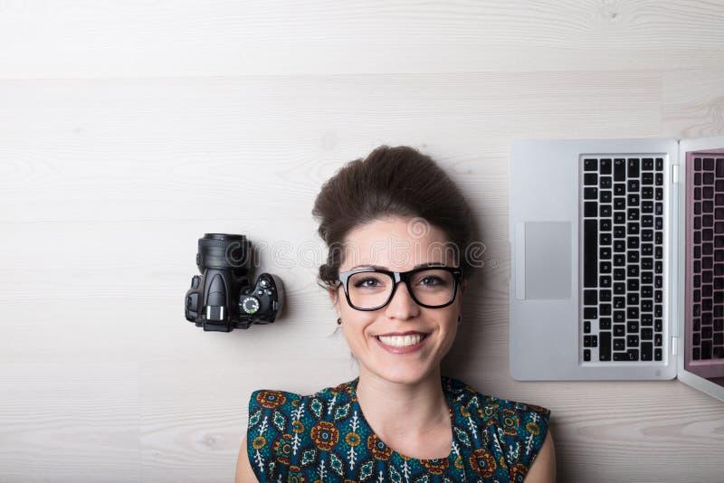 De glimlachende vrouw is een fotograaf en een grafische ontwerper royalty-vrije stock afbeeldingen