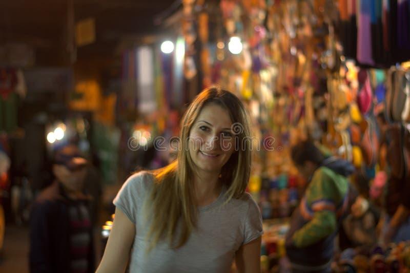 De glimlachende vrouw in de nacht onder de boxen van medina royalty-vrije stock foto