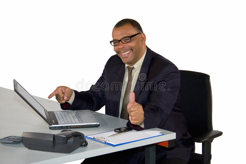 De glimlachende zakenman met laptop het stellen beduimelt omhoog royalty-vrije stock foto