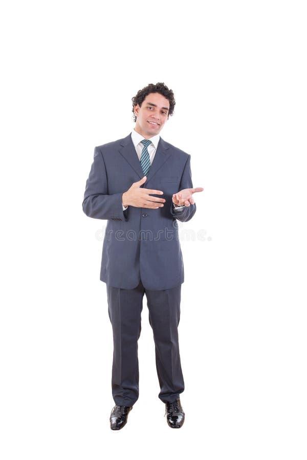 De glimlachende zakenman in zwart toevallig kostuum stelt bij studio het tonen royalty-vrije stock fotografie