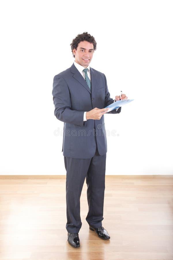 De glimlachende zakenman in zwart toevallig kostuum stelt bij studio zonder royalty-vrije stock afbeeldingen