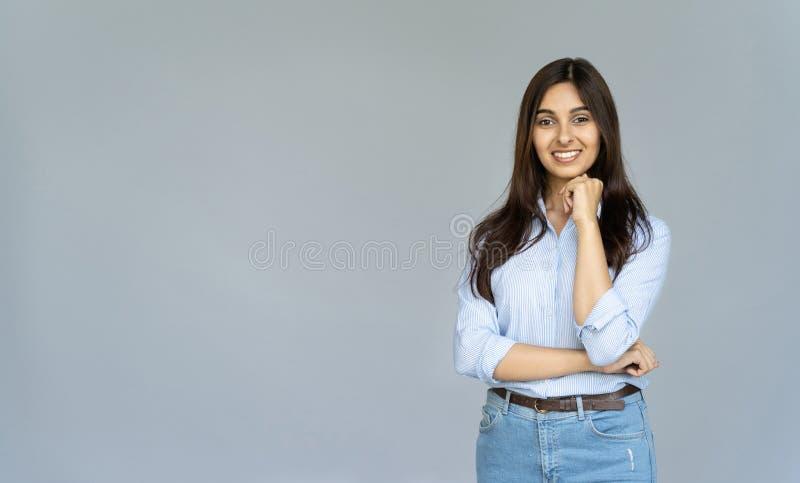 De glimlachende zekere Indische die onderneemster bekijkt camera op achtergrond wordt geïsoleerd stock foto's