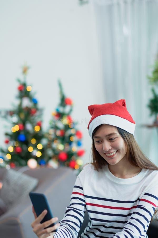 De de glimlachvrouw van Azië neemt selfie foto met mobiele telefoon met onduidelijk beeld c stock afbeeldingen