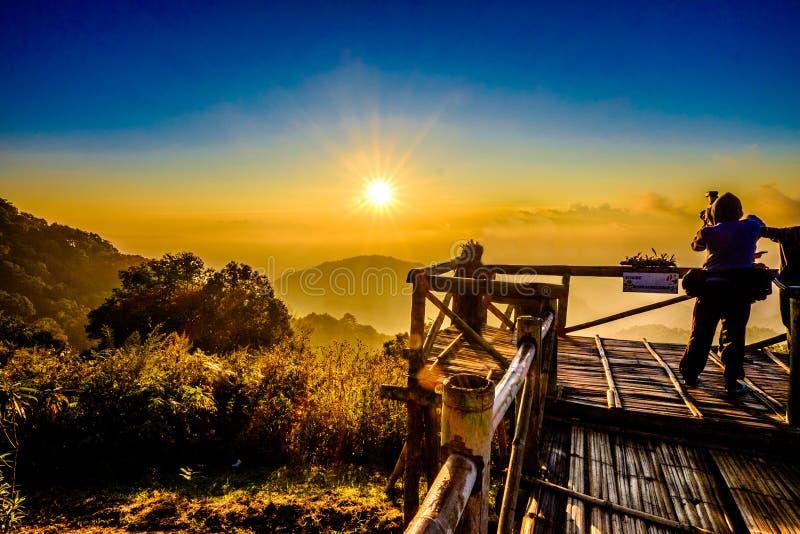 De Gloed en de Berggezichtspunt van de zonstijging royalty-vrije stock afbeelding