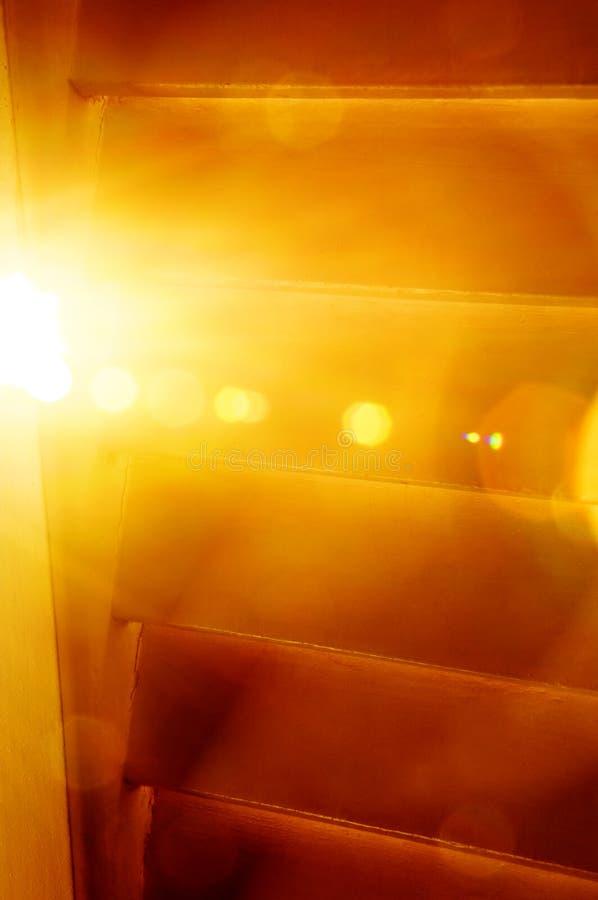 De Gloed van de Zon van de ochtend achter Venster royalty-vrije stock afbeeldingen