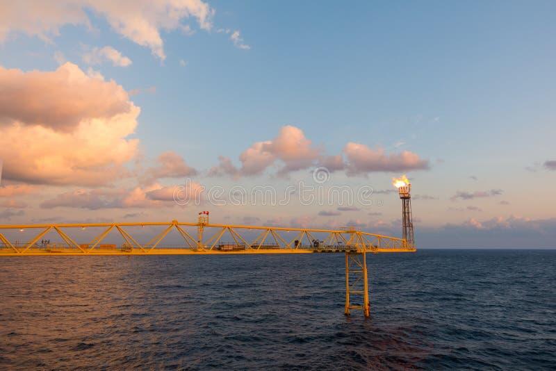 De gloedstapel en de gloed overbruggen terwijl het branden van giftig gas en versie stock afbeeldingen