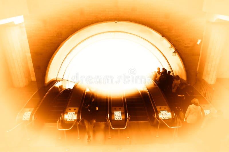 De gloeiende metro achtergrond van de roltrapstad hd stock foto's