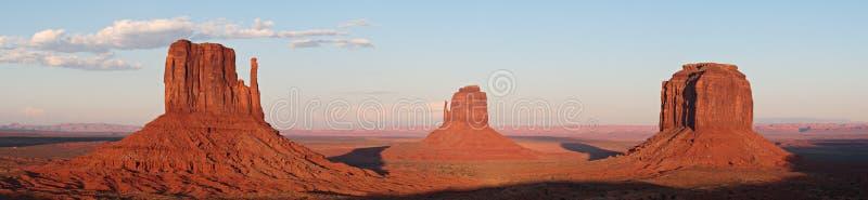De Gloeiende Rode Rotsen van de monumentenvallei bij Zonsondergang stock foto's