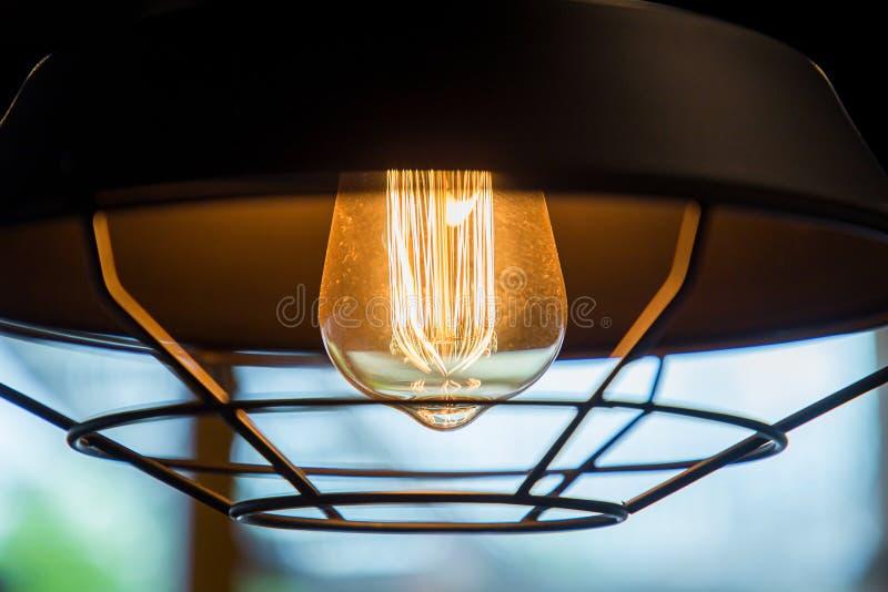De gloeiende verlichtingsbol met verfraait lamp uitstekende stijl stock fotografie