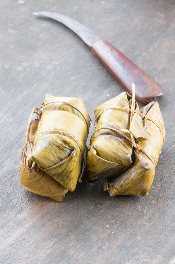 De glutineuze rijst stoomde in banaanblad in verpakking, Thais voedsel, Thaise traditie, selectieve nadruk royalty-vrije stock fotografie