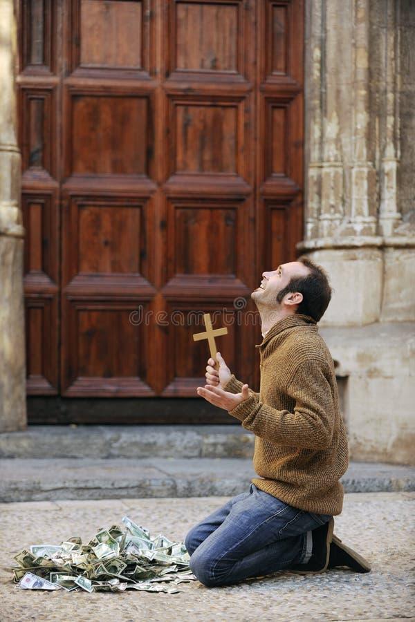 De god beantwoordt gebed: Gelovige mens met dollarrekeningen stock afbeeldingen