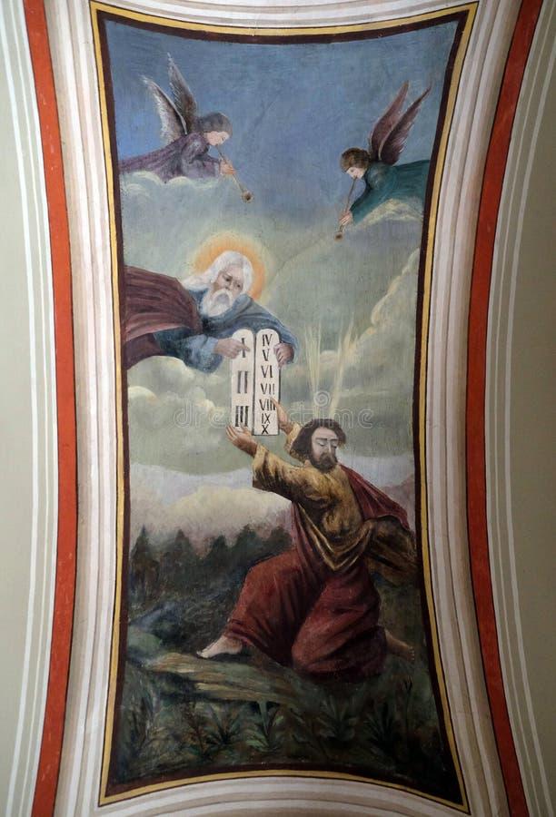 De god geeft Mozes de Tien Bevelen royalty-vrije stock afbeeldingen