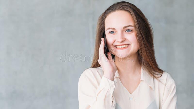 De goede ruimte van het de telefoonexemplaar van de nieuws gelukkige vrouw stock foto's