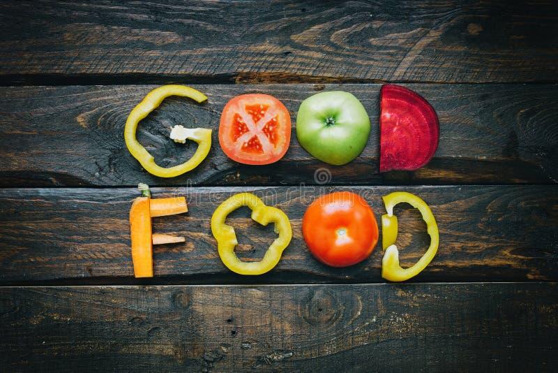 De goede vlakte van voedsel verse groenten legt het van letters voorzien op de donkere houten mening van de lijstbovenkant De ing royalty-vrije stock afbeelding
