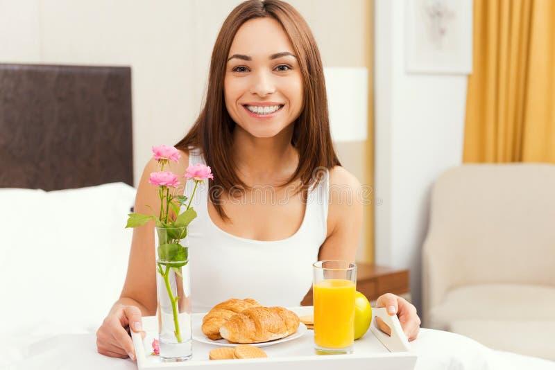 De goedemorgen begint van ontbijt in bed stock foto's