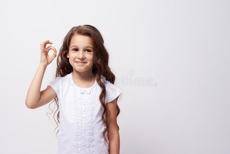 De goedkeuring van het gebaar Weinig ballerina Witte achtergrond royalty-vrije stock foto's