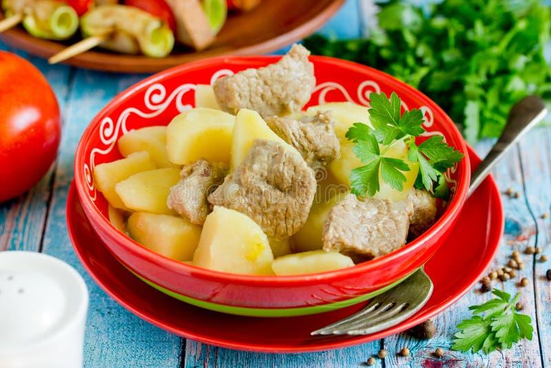 De goelasj van het aardappelvlees, vlees met aardappels wordt gestoofd die royalty-vrije stock afbeelding