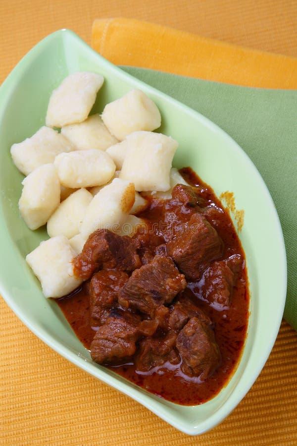 De goelasj van het rundvlees met gnocchi stock foto's