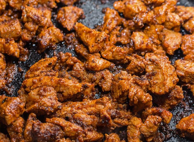 De goelasjstukken van vlees zijn klein tot vastgeroest vóór saus en groenten worden gebraden die royalty-vrije stock afbeelding