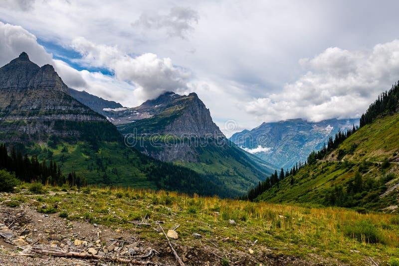 De Going-to-the-Sun Road in Glacier National Park besturen royalty-vrije stock foto