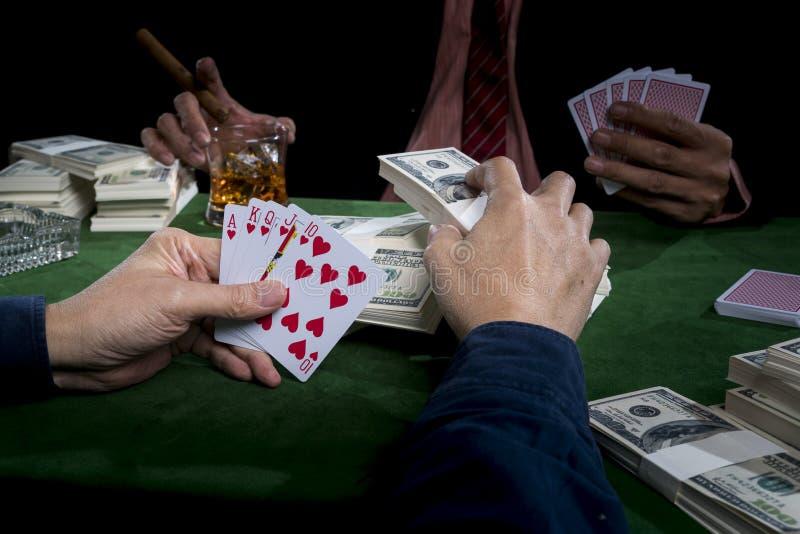 De gokker zet weddenschappen in de stapels van bankbiljet en holdi royalty-vrije stock afbeelding