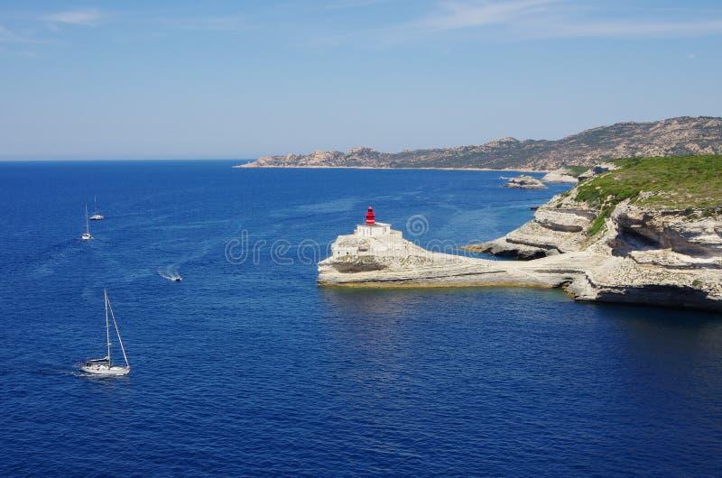 De golf van Bonifacio biedt een natuurlijke haven voor de boten aan Th stock fotografie