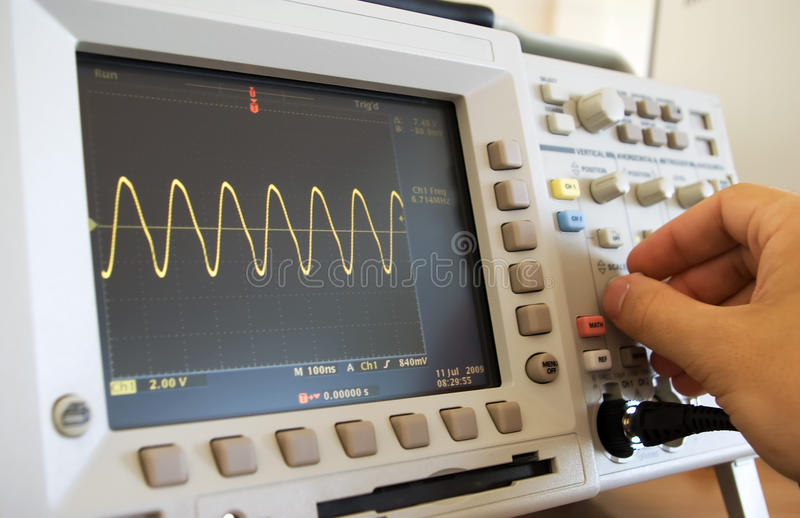 De golf van de sinus op het oscilloscoopscherm stock afbeelding